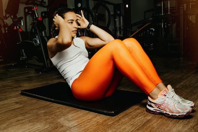woman doing sit ups